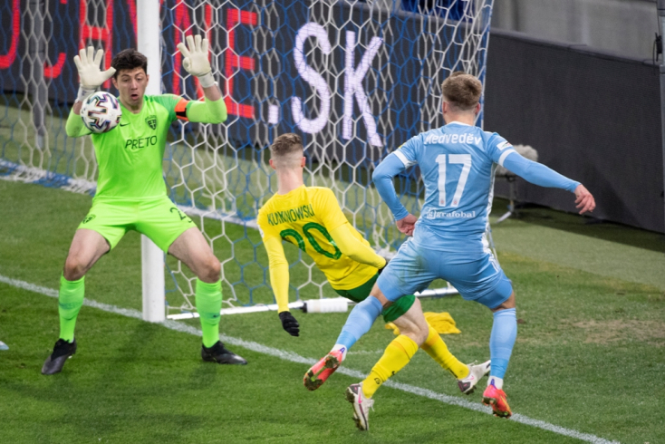Fortuna-szombat, rájátszás, 2. forduló: Vitatható tizenegyessel mentett pontot a Slovan, az alsóház élén a Pohronie