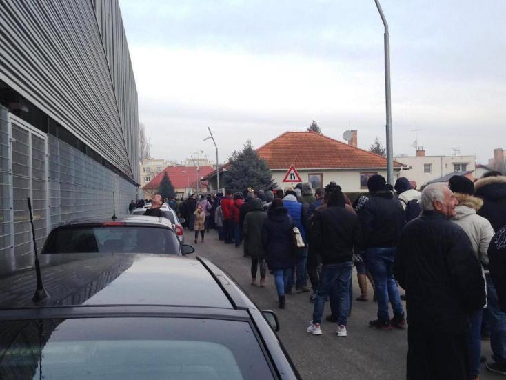 DAC-Slovan: A zord idő ellenére több százan sorakoztak jegyekért