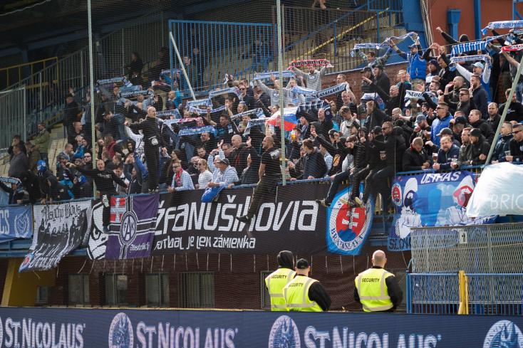 A beléptetést megkerülve kerültek a stadionba a Slovan-ultrák petárdái?