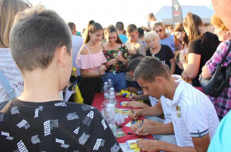 Szurkolók tömege akart találkozni a DAC játékosaival a vásárban (FOTÓK)